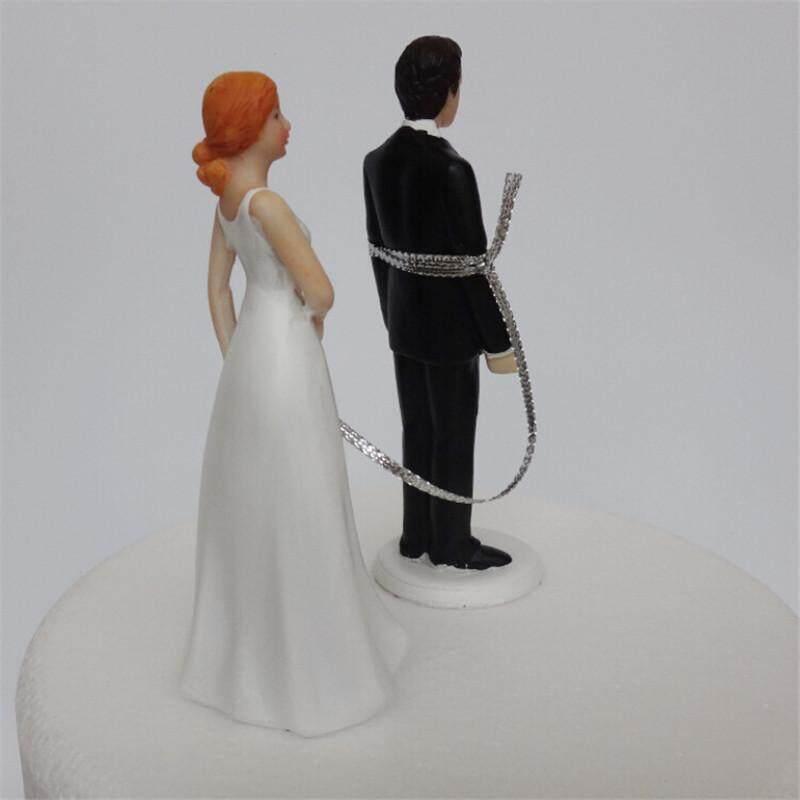 Indah Pengantin Wanita dan Pengantin Pria Dibatasi Beberapa Wedding Cake Dekorasi Puncak