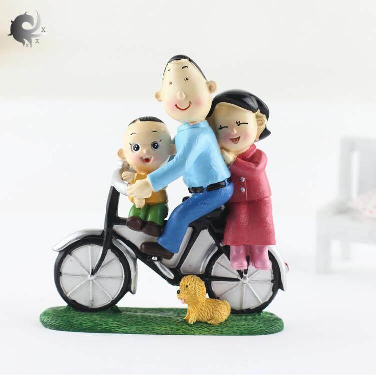 Hình ảnh (1 cái), một gia đình gồm ba phụ kiện đi xe đạp, phụ kiện phòng khách gia đình, đồ thủ công bằng nhựa, trang trí kệ hoạt hình, đồ trang trí sáng tạo, chất liệu nhựa cao cấp (12,5 * 11,5CM)