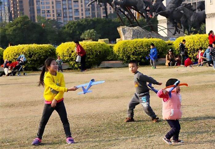 OSH KIDS THROWING OUTDOOR AIRPLANE